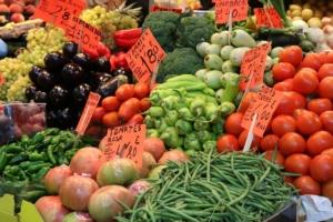 buntes Obst und Gemüse hilft bei Endometriose